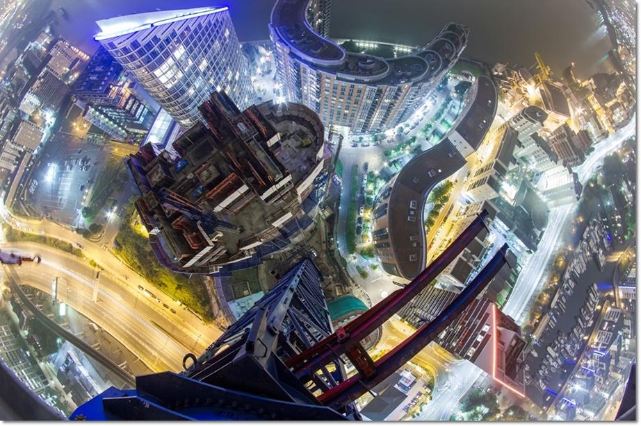 โดรนวิว – ภาพมุมสูงบริเวณอพาทเมนต์สร้างใหม่ในย่านด็อกแลนด์ส (Docklands) ในกรุงลอนดอน