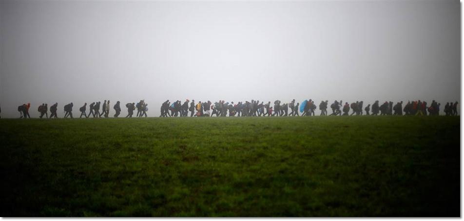 กลุ่มผู้อพยพเข้าสู่ยุโรปกำลังมุ่งหน้าเดินทางต่อ หลังจากสามารถข้ามพรมแดนระหว่างออสเตรียและเยอรมันใกล้กับ Passau ในเยอรมันในวันที่ 15 ตุลาคม