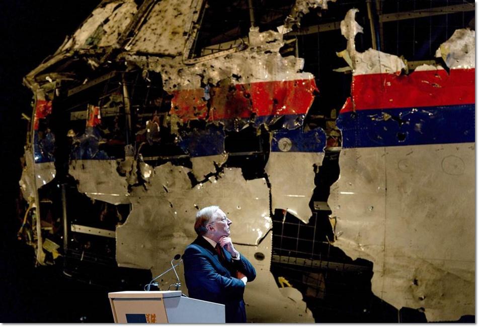 """คณะกรรมการด้านความปลอดภัยของเนเธอร์แลนด์ ที่เป็นแกนนำทีมสอบสวนนานาชาติ เสนอรายงานสุดท้ายอย่างเป็นทางการในวันที่ 13 ตุลาคม สรุปว่า MH17 ของสายการบินมาเลเซียแอร์ไลน์ส ถูกยิงตกด้วยขีปนาวุธแบบ """"บุ๊ก"""" ชนิดยิงจากพื้นดินสู่อากาศ จากบริเวณพื้นที่สงครามในยูเครนตะวันออก ขณะที่บริษัทรัสเซียผู้ผลิตขีปนาวุธดังกล่าวก็จัดแถลงข่าวในเวลาไล่เลี่ยกัน โดยระบุผลการทดสอบที่กลายเป็นหนังคนละม้วน"""