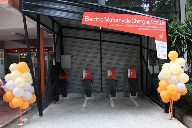 """แจ๋ว!  เปิดตัว """"สถานีชาร์จไฟ"""" มอเตอร์ไซค์ไฟฟ้า  นวัตกรรมลดใช้พลังงาน"""