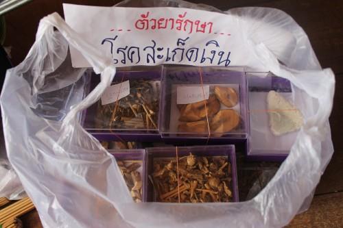 """บุกรวบ """"หมอหนุ่ม"""" ขายยาสมุนไพรปลอมสาวฮ่องกง พบอ้างแพทย์แผนไทย ผลิตยา รับรักษาไม่มีใบอนุญาต"""