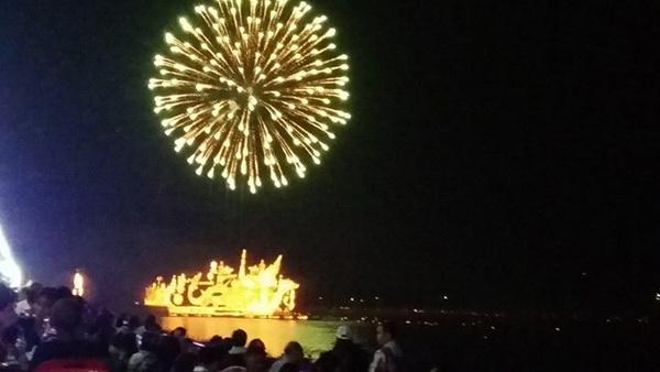 ชาวไทย-ลาวหลายหมื่นแน่นฝั่งโขงชมไหลเรือไฟ สาววัย 30 โชคร้ายพลุบึ้มใส่หน้าเลือดอาบ