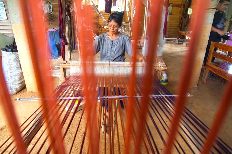 ผ้าทอภูมิปัญญาพื้นบ้าน ที่บ้านนาต้นจั่น