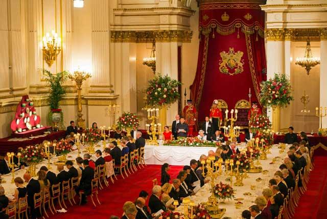 สมเด็จพระราชินีนาถเอลิซาเบธที่ 2 แห่งอังกฤษ พระราชทานเลี้ยงรับรองอาหารค่ำแบบรัฐพิธีแก่ประธานาธิบดีสี จิ้นผิง ของจีนและคณะฯ ที่พระราชวังบักกิงแฮมเมื่อวันที่ 20 ต.ค. เนื่องในโอกาสที่ผู้นำจีนและภริยาเยือนสหราชอาณาจักรอย่างเป็นทางการ (ภาพ เอพี)