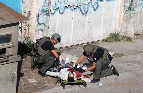 ชาวปาเลสไตน์ในเวสแบงก์ใช้มีดแทงทหารยิวบาดเจ็บ โดนยิงสวนดับอนาถ