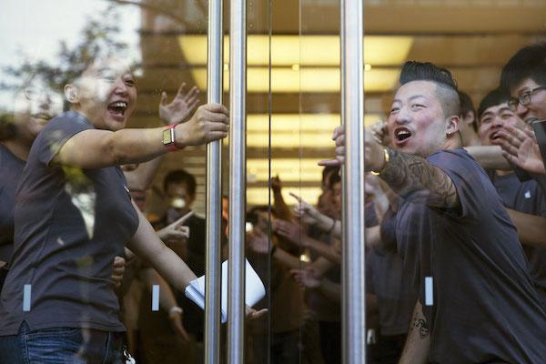 แฟ้มภาพพนักงาน Apple Store ที่ขึ้นชื่อเรื่องความกระตือรือร้นในการบริการลูกค้า