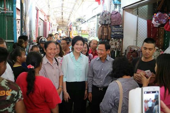 นางสาวยิ่งลักษณ์ ชินวัตรไปทำบุญที่หนองคายและแวะชอปปิ้งที่ตลาดท่าเสด็จ