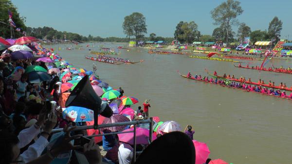 แห่เที่ยวงานแข่งเรือยาว-ช้างว่ายน้ำข้ามลำมูลบุรีรัมย์ ชิงถ้วยใบใหญ่แห่งเดียวในโลก