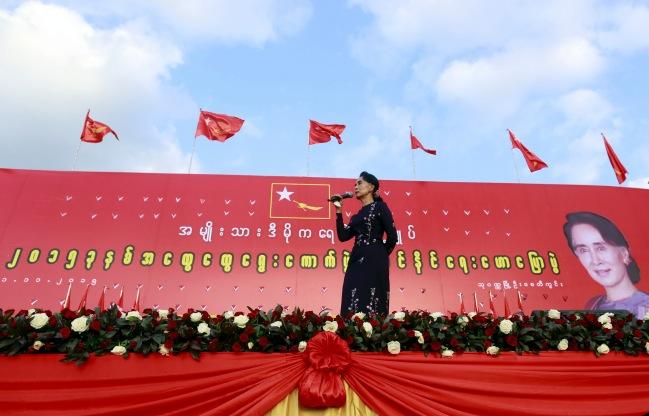 """ฝูงชนแน่นขนัดร่วมชุมนุมใหญ่ """"พรรคซูจี"""" กลางย่างกุ้ง เตือนประชาชนระวังกลโกงเลือกตั้ง"""