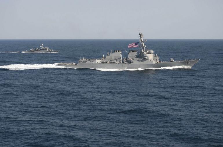 เรือพิฆาตติดขีปนาวุธนำวิถี ยูเอสเอส แลสเซน ขณะเข้าร่วมภารกิจซ้อมรบทางทะเลภายใต้รหัส โฟล อีเกิล ทางตะวันออกของคาบสมุทรเกาหลี เมื่อวันที่ 12 มี.ค. 2015 (ภาพ - รอยเตอร์)