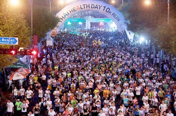 """บรรดานักวิ่งกว่า 1 หมื่นคน ร่วมวิ่งสร้างประวัติสาสตร์ สะสมระยะทางของนักวิ่งทุกคนรวม  999,999 กิโลเมตร  ในงานวิ่งเปลี่ยนชีวิต Thai Health Day 10K Run 2015"""" ภายใต้โครงการวิ่งสู่ชีวิตใหม่ ปีที่ 4 ณ หน้ากระทรวงศึกษาธิการ ถนนราชดำเนินนอก"""