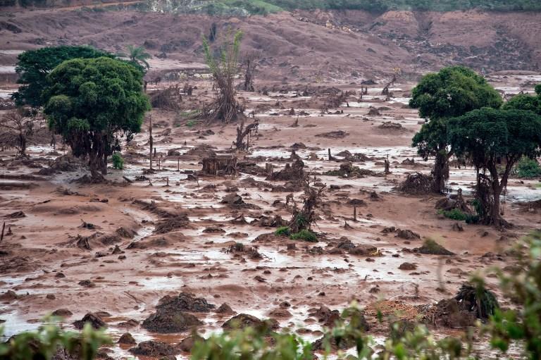 """In Pics : บราซิลสั่งปิดเหมืองแร่ต้นตอ """"เขื่อนแตก"""" ท่วมชุมชน-ชาวบ้านยังสูญหายอีก 20 ราย"""