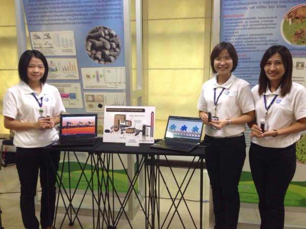 (ขวาสุด) นางสาว ชมพูนุช รุ่งนิ่ม นักวิจัยในโครงการเรือธงเพื่อนวัตกรรมอากาศสะอาด นาโนเทค