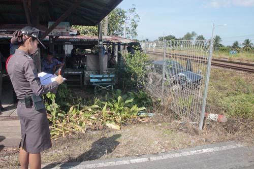 ม้าเหล็กขยี้รถกระบะสาหัส 2 เหตุจุดตัดข้ามทางรถไฟไม่มีแผงกั้น