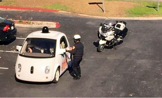 ตำรวจเรียกตรวจรถขับเคลื่อนอัตโนมัติของกูเกิล เหตุช้าเป็นเต่าทำการจราจรติดขัด