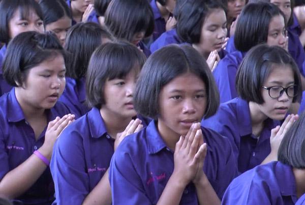 """กว่า 3 พันคน! ครู-นร.บุรีรัมย์พิทยาคมสวดมนต์ตั้งจิตภาวนาให้ """"ปอ"""" ศิษย์เก่าหายป่วย(ชมคลิป)"""