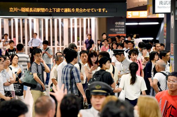 สถานีรถไฟในญี่ปุ่นมักมีคนเนืองแน่น (ภาพจาก www.asahi.com)