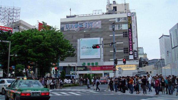 หน้าสถานีชินจุกุมีคนพลุกพล่านตลอดวัน