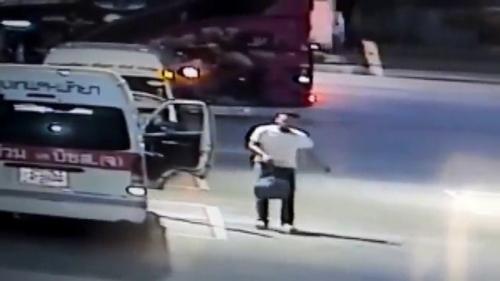 กล้องวงจรปิด จับภาพคนขับรถตู้โดยสารฉกกระเป๋าลูกค้ารถตู้คันอื่น