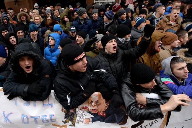 ผู้ประท้วงปาไข่-หินใส่สถานทูตตุรกีในมอสโก แค้นยิงเครื่องบินรัสเซียตก