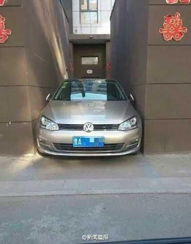 การจอดรถของหญิงวัยรุ่นชาวจีนที่ชาวเน็ตต่างตกตะลึง (ภาพ เวยปั๋ว)