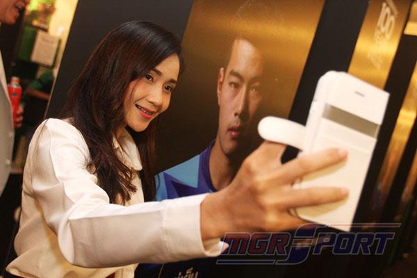 """พารากอนคึกคัก! แฟนแห่เซลฟี """"นิทรรศการฉลอง 100 ปี ลูกหนังไทย"""""""