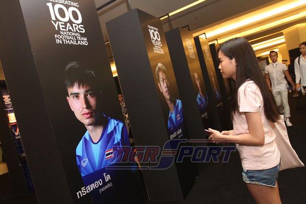 """พาทัวร์ นิทรรศการ """"ฉลอง 100 ปี ฟุตบอลทีมชาติไทย"""""""