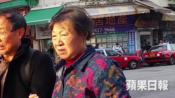 คุณป้าให้การรับสารภาพต่อศาลฮ่องกง ระบุว่าเธอไม่ทราบว่าห้ามนำเสื้อชูชีพลงจากเครื่องบิน (ภาพแอปเปิ้ลเดลี่ สื่อฮ่องกง)