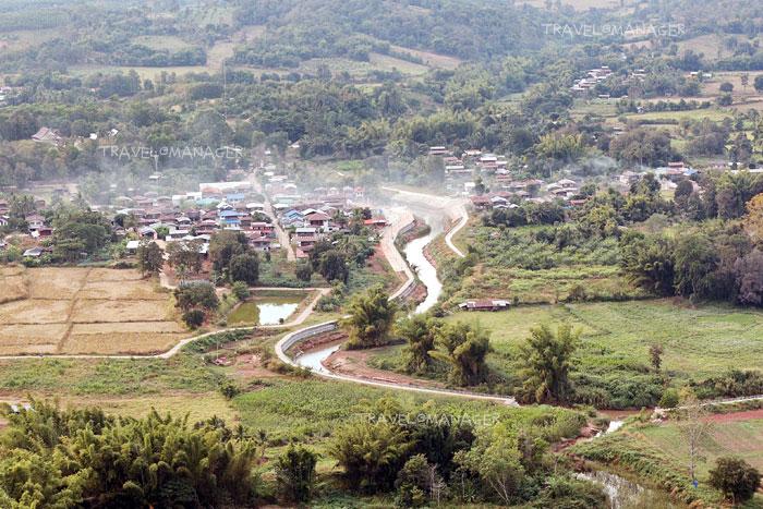 มองจากภูผาหมวกมีบ้านเหมืองแพร่ทั้งฝั่งไทยและลาว มีแม่น้ำเหืองกั้น