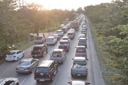 ขับรถพาพ่อเที่ยว แห่กลับทะลักเต็มแน่นถนนเมืองแปดริ้ว