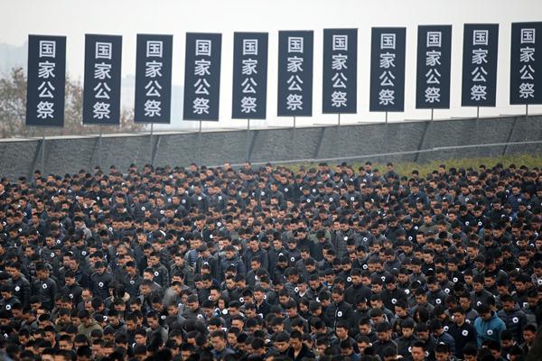 ประชาชนที่เข้าร่วมพิธีรำลึกสงครามนานกิง   (ภาพ เอเอฟพี)