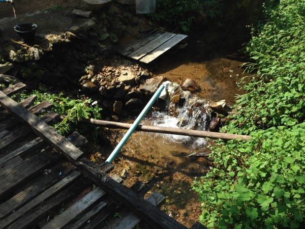 มีการบริหารน้ำชุมชนด้วยการใช้ฝายเก็บกักน้ำจากต้นน้ำ