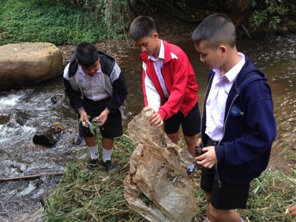 กลุ่มละอ่อนฮักน้ำลาว ช่วยกันเก็บขยะที่พบเห็นบริเวณแม่น้ำลาว และตั้งเวรมาดูสถานการณ์น้ำๆ ทุกๆวันจันทร์
