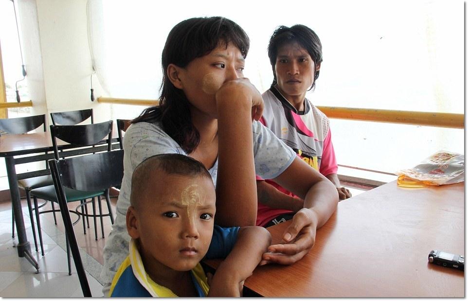 (กลาง) ขิ่น ซิน โซ (Khine Zin Soe) แรงานพม่าวัย 24 ปี ให้สัมภาษณ์ว่า เธอต้องทำงานปอกกุ้งในขณะที่กำลังตั้งครรภ์ที่สถานประกอบการแห่งหนึ่งในจ.สมุทรสาคร