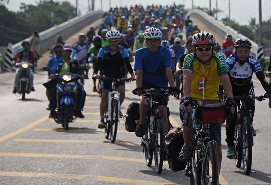 Taxi hits riders in Costa Rica bike race