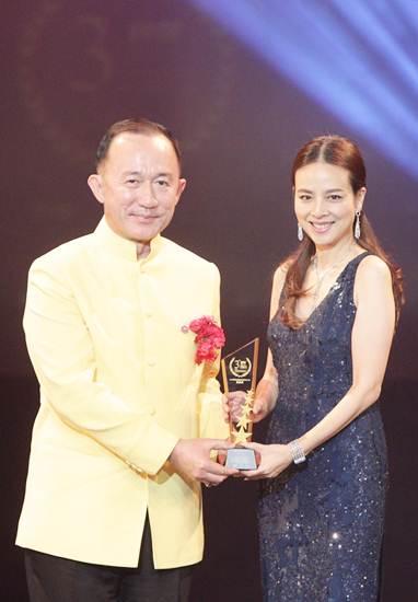 มาดามแป้ง-นวลพรรณ รับรางวัลคนดังกระชับความสัมพันธ์ไทย-จีน