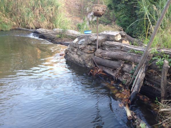 ฝายแม่หาดทำขึ้นจากวัสดุตามธรรมชาติและหิน จึงมักมีการชำรุดแต่ผู้ใช้น้ำจะมีการเปลี่ยนเวรยามมาซ่อมแซมตลอด