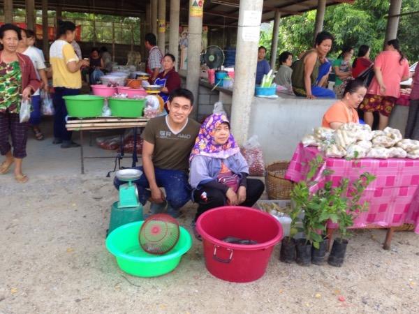 ผัก ผลไม้ที่ได้ นายนิติและแม่จะนำมาขายที่ตลาดชุมชน ส่วนลำไยหรือผักบางประเภทจะมีพ่อค้ามารับซื้อที่สวน