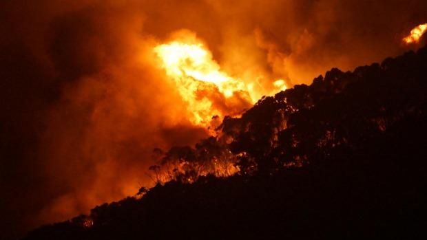 ไฟป่าโหมกระหน่ำแหล่งท่องเที่ยวดังออสเตรเลียในวันคริสต์มาส หนีตายจ้าละหวั่น