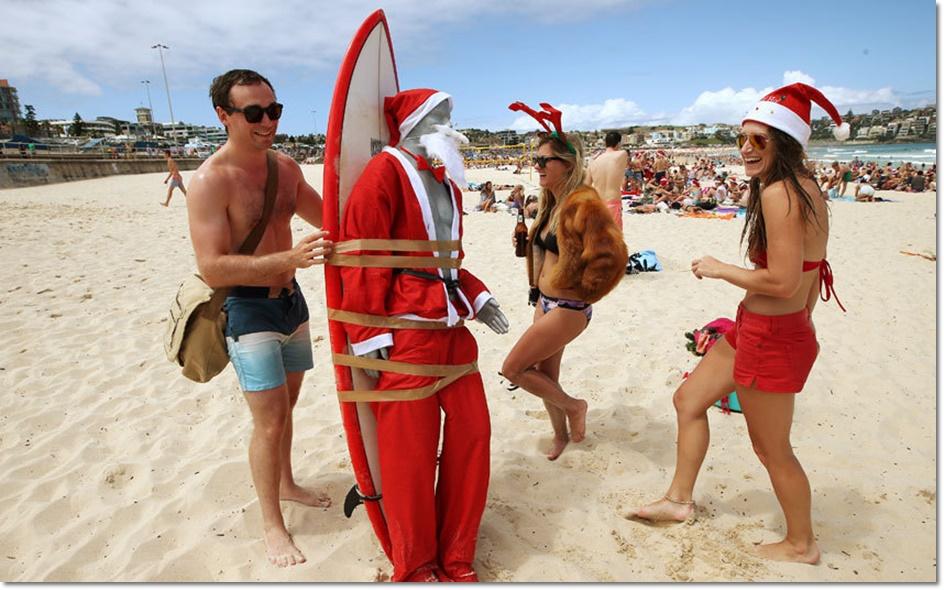 นักท่องเที่ยวต่างชาติร่วมฉลองคริสต์มาสบนชายหาดในออสเตรเลียในวันศุกร์ (25 ธ.ค )