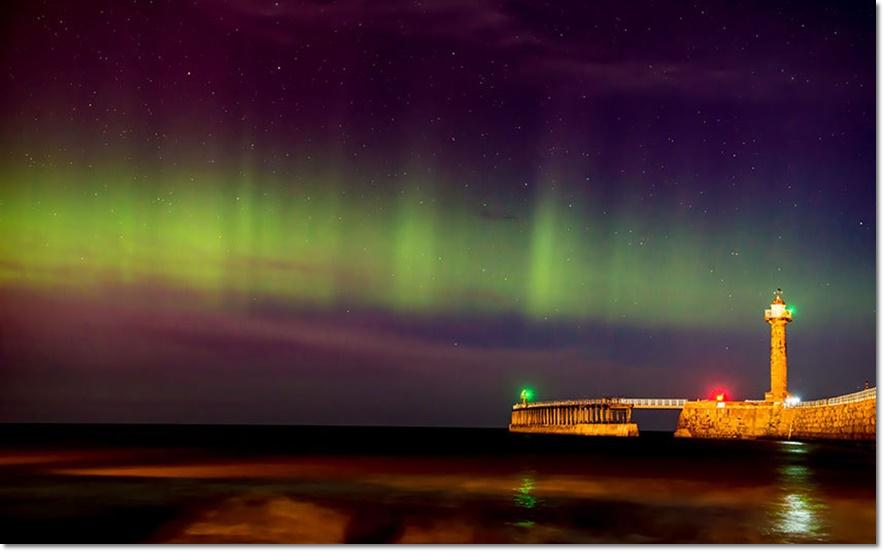 แสงเหนือ ออโรรา โบเรียลีส (Aurora Borealis) ปรากฎเหนือท้องฟ้าที่อ่าววิธบี (Whitby Harbour) ในนอร์ธ ยอร์กเชียร์ อังกฤษ เมื่อวันจันทร์ (21 ธ.ค)