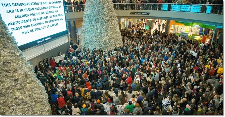 กลุ่มเคลื่อนไหว Black Lives Matter ทำปิดห้างมอลล์อเมริกา (Mall of America) ห้างสรรพสินค้าที่ใหญ่ที่สุดในสหรัฐฯ ในเมืองบลูมมิงตัน (Bloomington) รัฐมินนิโซตา ในวันพุธ(23 ธ.ค )เรียกร้องความเท่าเทียมทางสีผิวให้กับจามาร์ คลาร์ก (Jamar Clark) แอฟริกันอเมริกัน ชาวมินนิอาโปลิส ที่ถูกตำรวจสหรัฐฯ สังหารในเดือนที่ผ่านมา