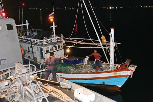 ทัพเรือภาคที่ 1 จับเรือประมงไทย แรงงานเถื่อนยกลำ