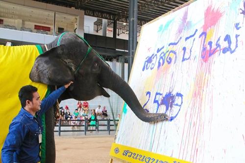 """ช้างแสนรู้สวนนงนุชพัทยา ตวัดปลายงวง """"สวัสดีปีใหม่ 2559"""""""