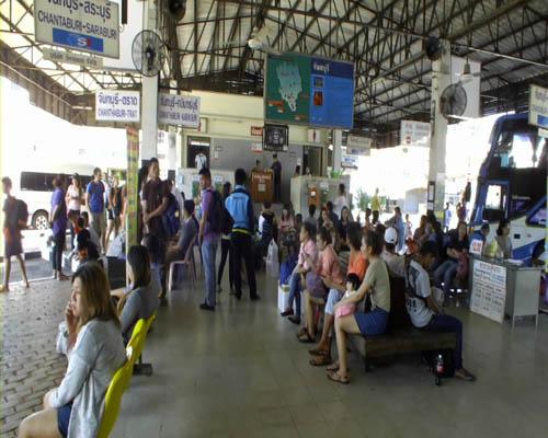 สถานีเดินรถที่มีประชาชนรอรถจำนวนมาก