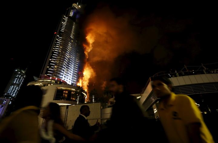 InPics & Clips : ระทึก!!ไฟไหม้โรงแรมหรูระฟ้าดูไบใกล้จุดฉลองปีใหม่ บาดเจ็บหลายสิบ
