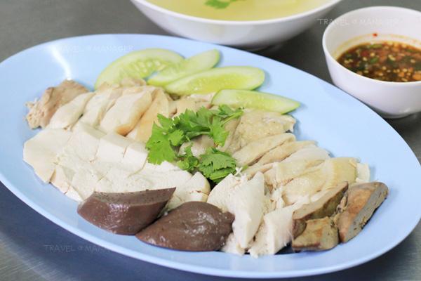 ไก่เนื้อนุ่มแน่น เสิร์ฟพร้อมน้ำจิ้มและน้ำซุปมะนาวดอง