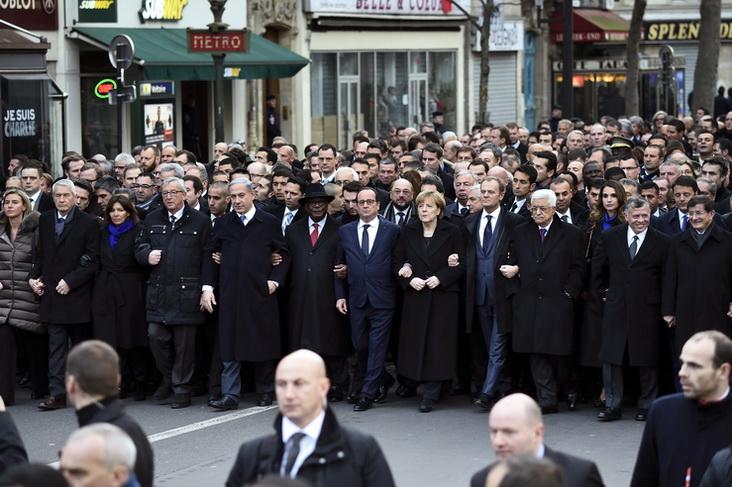 ประธานาธิบดีฟรองซัวส์ ออลลองด์ แห่งฝรั่งเศส และบรรดาแขกผู้มีเกียรติต่างชาติ รวมถึงผู้นำเยอรมนี, อิตาลี, อังกฤษ, ตุรกี, อิสราเอล และดินแดนปาเลสไตน์ ได้เดินนำขบวนประชาชนนับล้านคนในกรุงปารีสเพื่อแสดงพลังต่อต้านลัทธิหัวรุนแรงสุดโต่ง เมื่อวันที่ 11 ม.ค. หลังเกิดเหตุมือปืนอิสลามิสต์โจมตีสำนักงานนิตยสารชาร์ลี เอ็บโด และซูเปอร์มาร์เกตยิว ซึ่งนักวิจารณ์ระบุว่าเป็นการระดมคลื่นมหาชนครั้งใหญ่ที่สุดในปารีส นับตั้งแต่ฝรั่งเศสได้รับการปลดปล่อยจากกองทัพนาซีในปี 1944