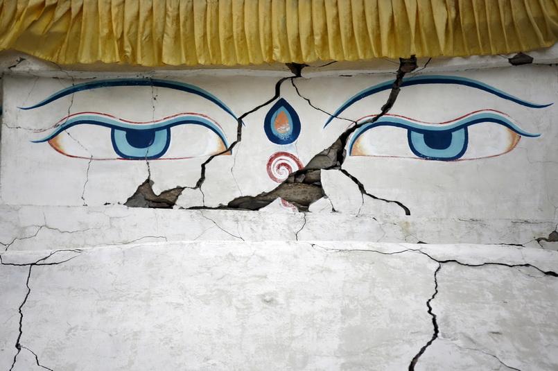 """รอยแยกบนผนังของพระสถูปซึ่งมีรูป """"ดวงตาเห็นธรรม"""" ซึ่งเกิดจากอานุภาพของแผ่นดินไหว 7.8 ในเนปาล เมื่อวันที่ 25 เม.ย. ปี 2015"""