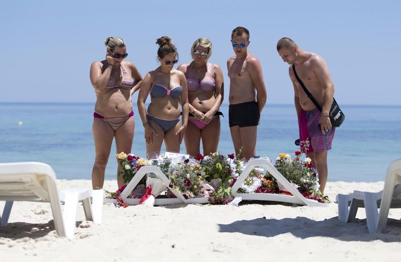 นักท่องเที่ยวตะวันตกวางช่อดอกไม้ไว้อาลัยแก่ผู้เสียชีวิต ณ ชายหาดหน้าโรงแรมอิมพีเรียล มัรฮาบา ใกล้ๆ ท่าเรือพอร์ต เอล กันตาวี เมืองซูสส์ ทางตอนใต้ของกรุงตูนิส หลังเกิดเหตุมือปืนอิสลามิสต์กราดยิงนักท่องเที่ยวเสียชีวิตไปเกือบ 40 คน เมื่อวันที่ 27 มิ.ย. ปี 2015 โดยเหยื่อส่วนใหญ่เป็นชาวอังกฤษ กลุ่มติดอาวุธรัฐอิสลาม (ไอเอส) ได้ออกมาประกาศความรับผิดชอบต่อการสังหารหมู่ครั้งนี้